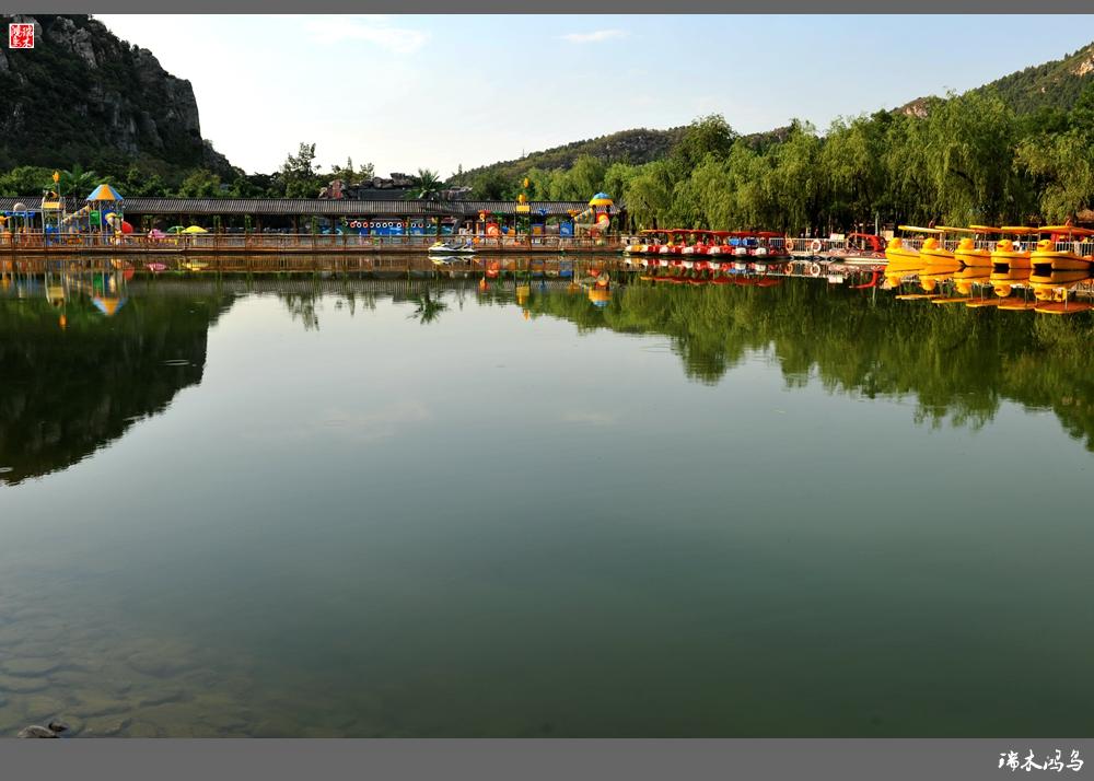 盛夏已至,酷暑难熬,不如到有山有水的地方浪一浪。昌平昭陵西侧3里之遥的德胜口桥下,北京燕子湖生态园戏水乐园盛大迎宾朋,这是昌平大山里的一处休闲、消夏、的好地方。宽大的停车场还设有一排电动车充电桩,为您的绿色出行助一臂之力。园区四面环山、植被丰茂、层层叠翠、空气清新、原生态的绿色氧吧,是个夏季休闲度假好地方。走进园区,椰树婆娑,碧水蓝天,仿佛邂逅于岭南的滨海一隅。在燕子湖荡舟戏水,水上乐园浪一浪,坐在池中抬头环视,群山环绕、郁郁葱葱、蓝天白云、廊桥倒影全部实景,远比市内的朝阳公园人造沙滩的环境好多了。儿童水